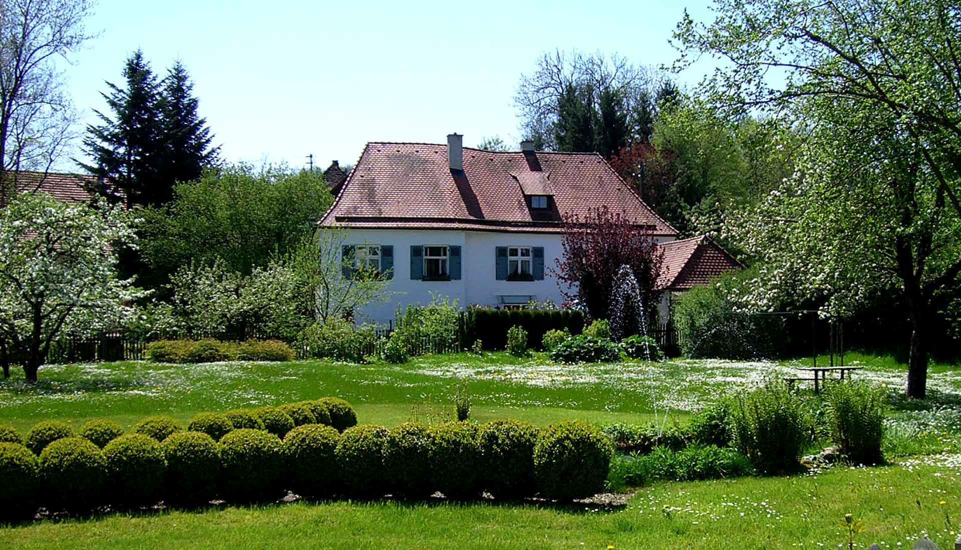 Slide-Hotel-Aussen-2-Klosterhof-Gutenzell-1920-1100